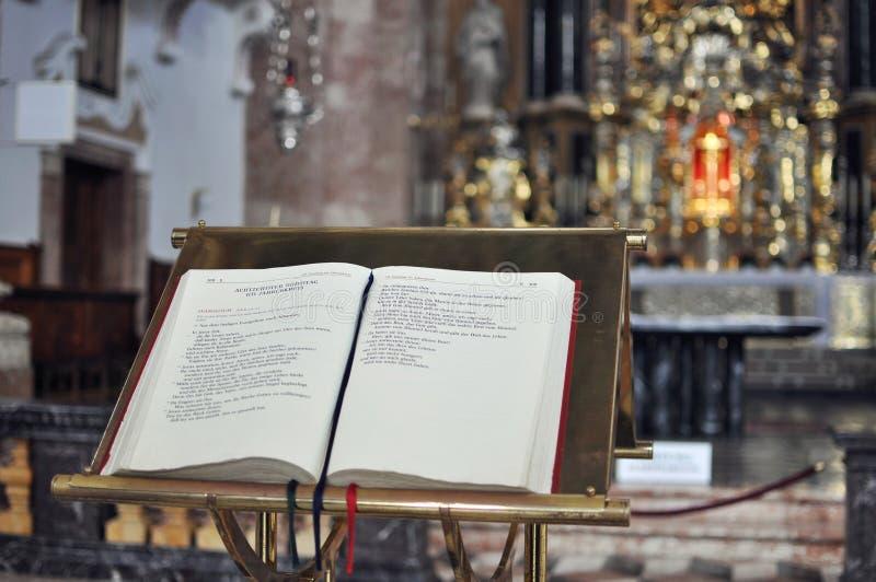 A Bíblia na igreja fotografia de stock