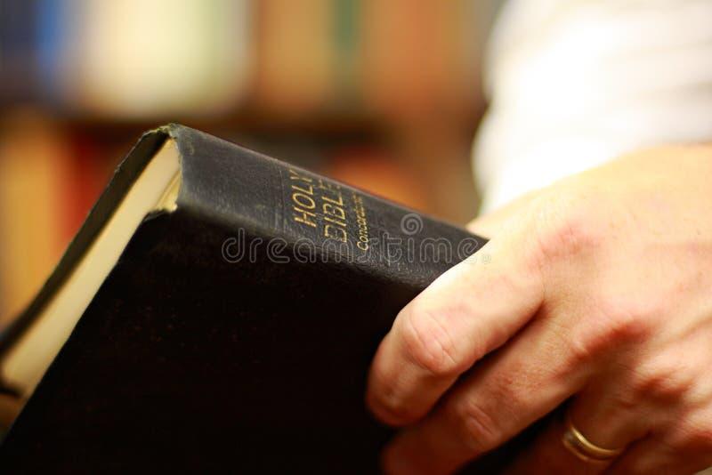 A Bíblia nas mãos fotos de stock royalty free
