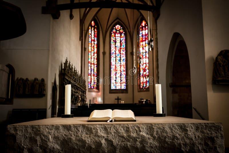 A Bíblia no altar de pedra imagem de stock royalty free