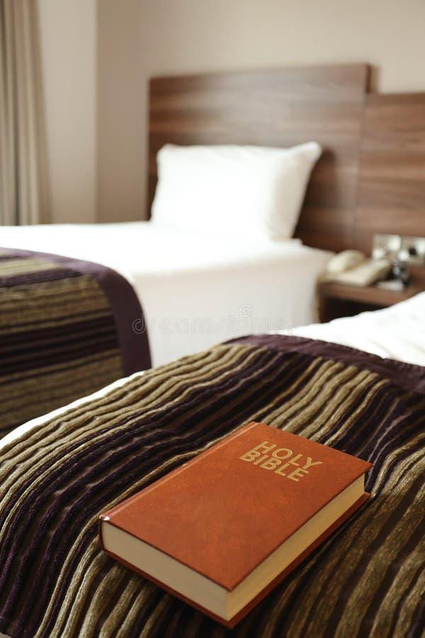 A Bíblia no quarto de hotel foto de stock royalty free