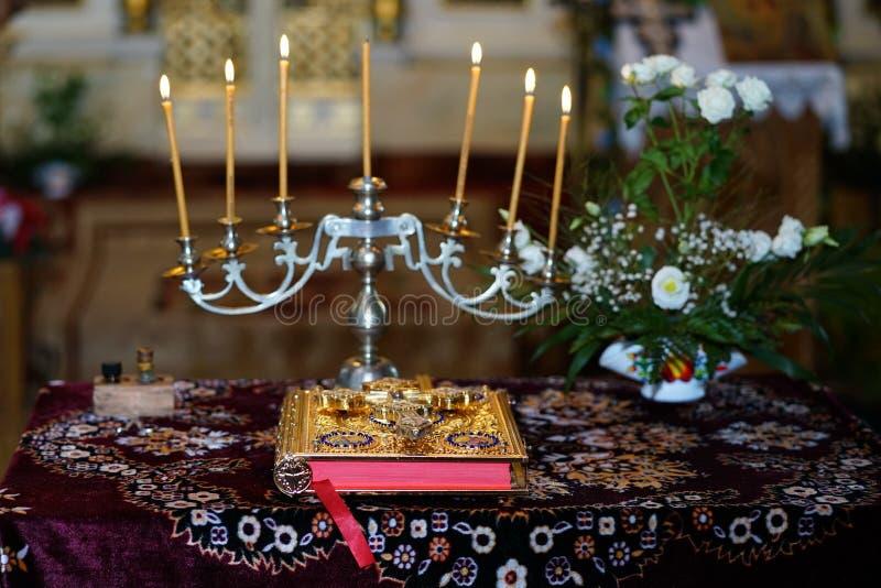 A Bíblia ortodoxo e vela fotos de stock