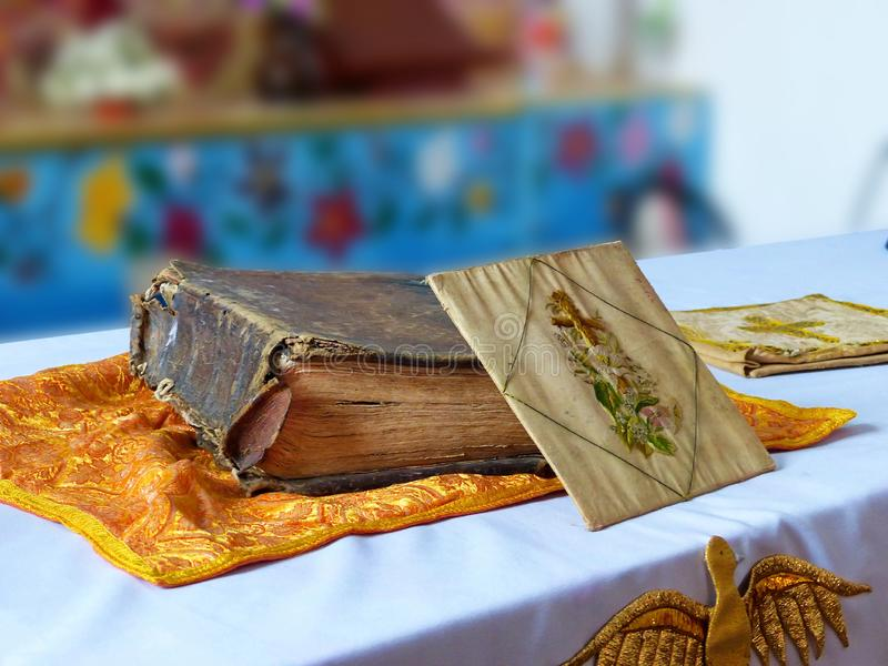A Bíblia Sagrada antiga velha n uma igreja Católica da vila do vintage imagens de stock