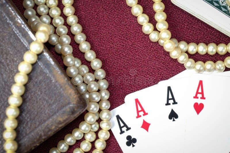 A Bíblia Sagrada e cartões velhos na tabela de madeira Misticism e fortuna que dizem, conceito futuro da previsão foto de stock
