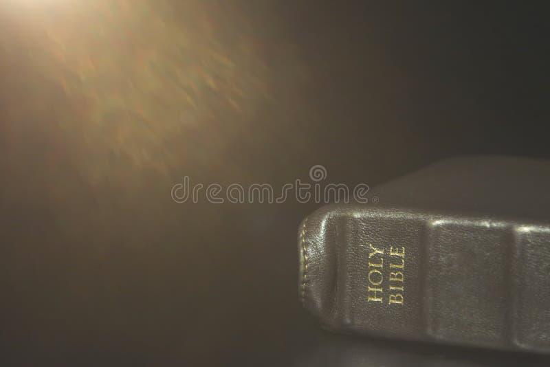 A Bíblia Sagrada encadernada do couro em uma tabela preta imagens de stock royalty free