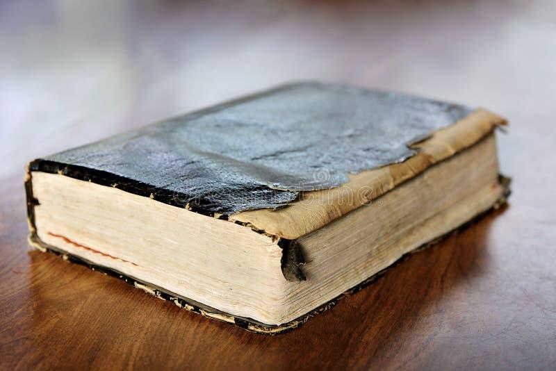 A Bíblia Sagrada velha esfarrapada do vintage imagem de stock royalty free