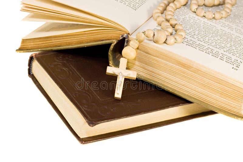 A Bíblia santamente abriu com uma cruz nela foto de stock royalty free