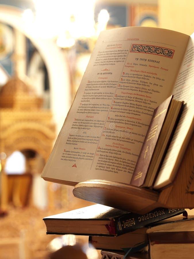 A Bíblia santamente em uma igreja ortodoxa fotografia de stock