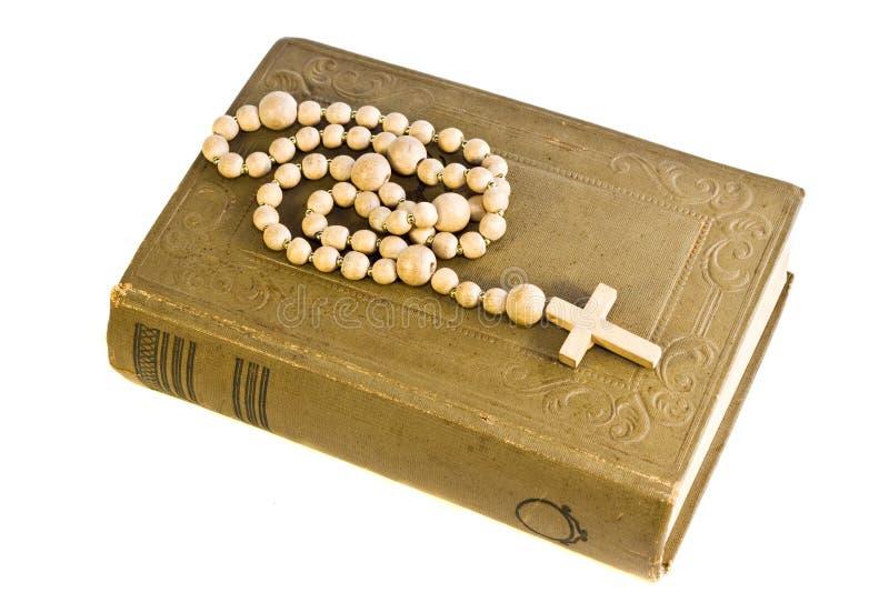 A Bíblia santamente velha com cruz fotos de stock royalty free