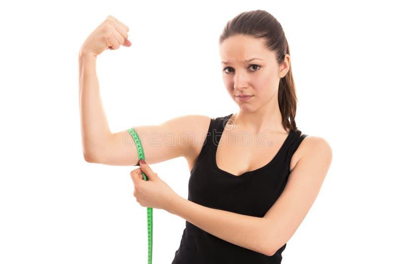 Bíceps de medición de la mujer imagenes de archivo