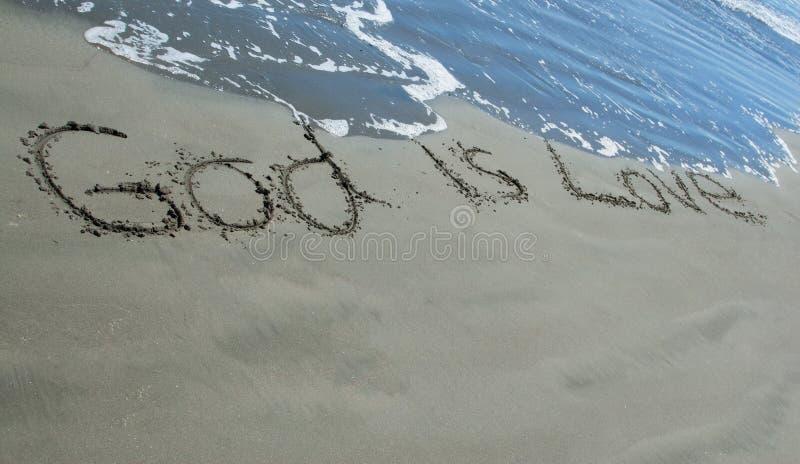 Bóg Jest miłości piaskiem zdjęcia royalty free