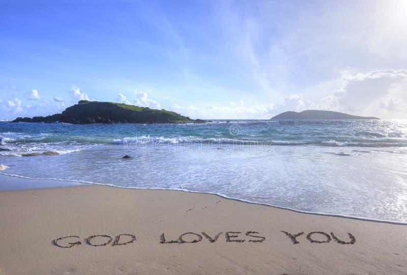 Bóg Kocha Ciebie pisać w piasku na plaży obrazy royalty free