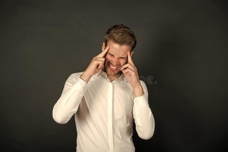 Ból prawdziwy Człowiek-biznesmen ma problemy z głową Biznesmen czuje ból głowy stresujący dzień stresujący biznes obraz royalty free