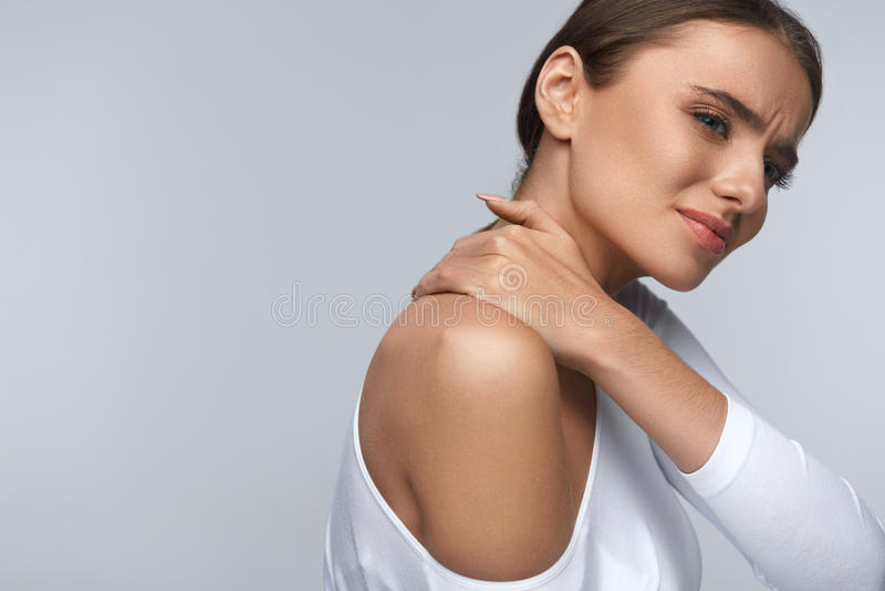 Ból W ciele Piękny kobiety uczucia ból W szyi I ramionach obraz stock