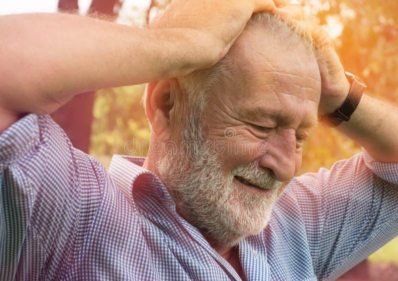 Ból w głowie stary człowiek mógł być migreną backache lub, opieka zdrowotna, Zapominalski senior fotografia stock