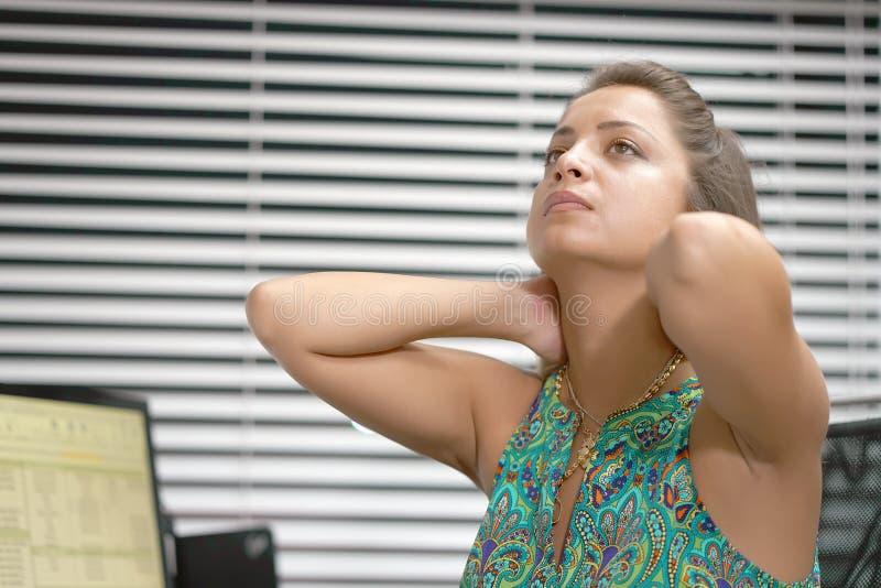 Ból w szyi kobieta od zmęczenia Zmęczona szyja fotografia royalty free