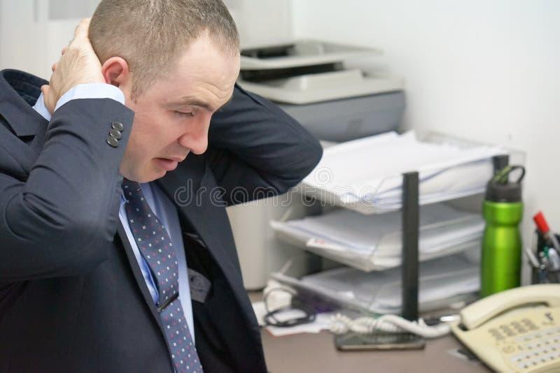 Ból w szyi mężczyzna od zmęczenia Zmęczona szyja zdjęcia stock