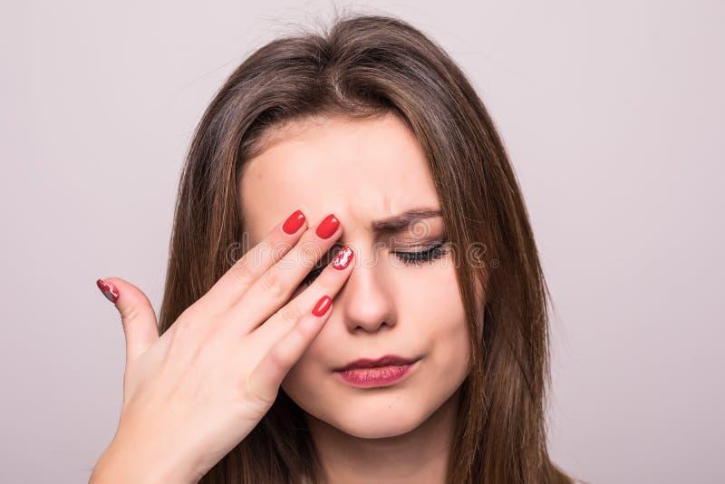 ból Zmęczony Skołowany Zaakcentowany kobiety cierpienie Od Silnego oko bólu odizolowywającego na szarość Portret Piękny Młody Żeń zdjęcie royalty free