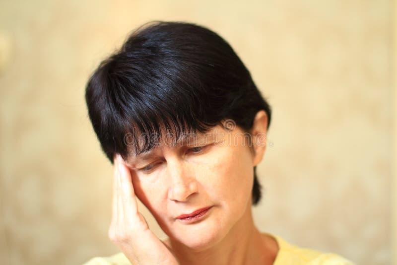 Bóle głowy i zmęczenie depresja i stres kobieta w średnim wieku zdjęcie stock
