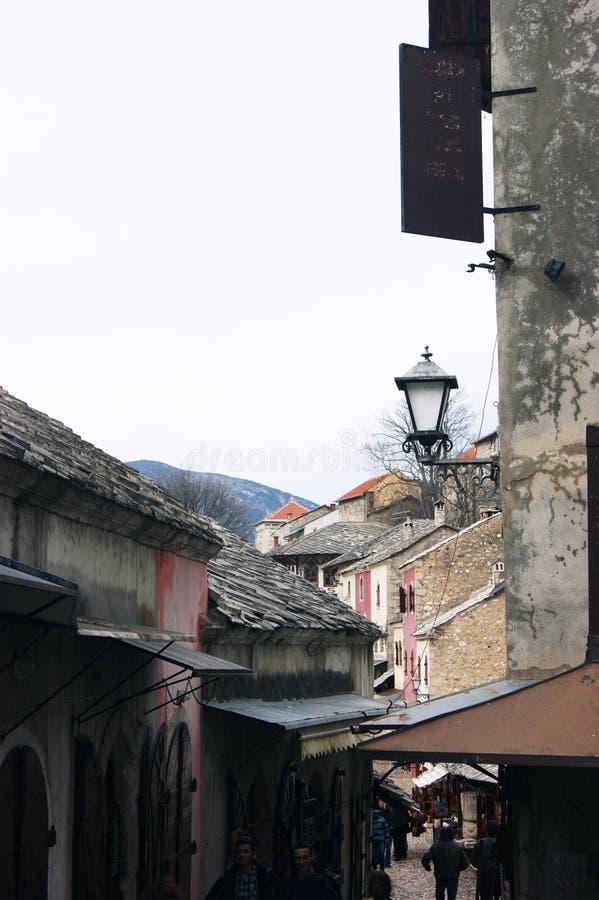 Bósnia e Herzegovina, Mostar - 07/08/2015: Ideia do streethistórico Kuyunzhilukda compra fotos de stock