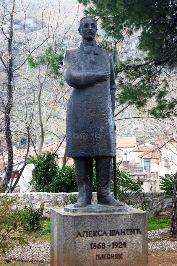 Bósnia e Herzegovina, Mostar - 07/08/2015: Monumento ao poeta sérvio famoso, um nativo de Mostar, Alex Shantic fotografia de stock royalty free