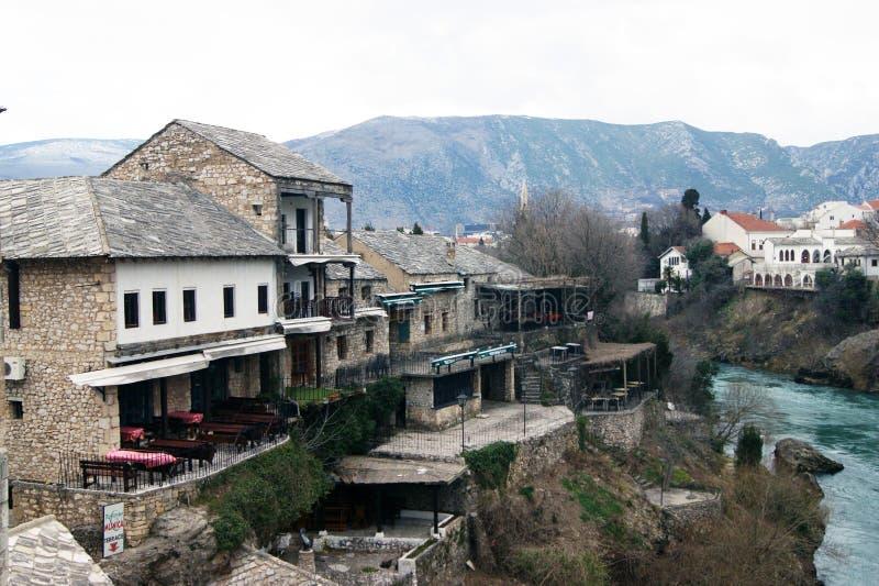 Bósnia e Herzegovina, Mostar - 07/08/2015: A parte velha da cidade, construída nos bancos do rio de Neretva imagens de stock royalty free