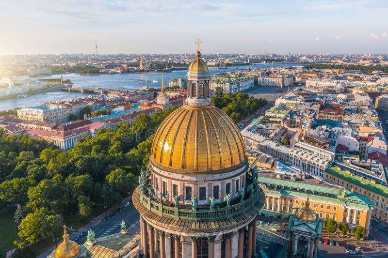 Bóveda de la visión aérea de la columnata de la catedral del St Isaac, en fondo el Ministerio de marina, el Peter y Paul Fortress fotografía de archivo libre de regalías