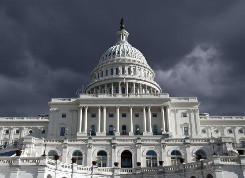 Bóveda del capitolio con el cielo oscuro de la tormenta imágenes de archivo libres de regalías