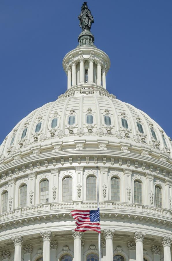 Bóveda del edificio del capitolio de Estados Unidos con la bandera americana fotos de archivo