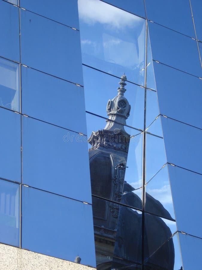 Bóveda del edificio histórico del viejo estilo, reflejada en la pared de cristal del edificio moderno fotografía de archivo libre de regalías