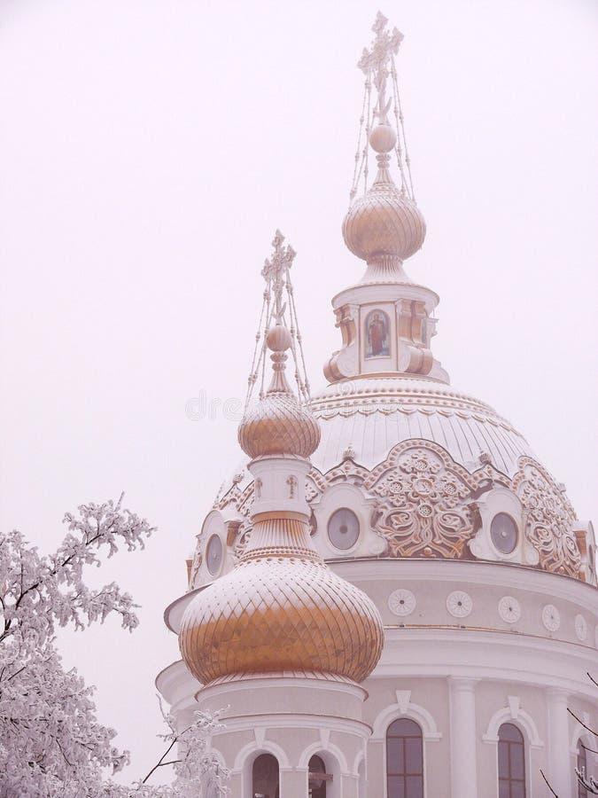Bóveda nevada de una iglesia ortodoxa rusa imagen de archivo