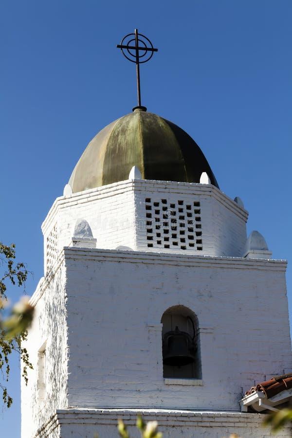 Bóveda y campanario blancos de la iglesia del ladrillo contra el cielo azul fotos de archivo libres de regalías