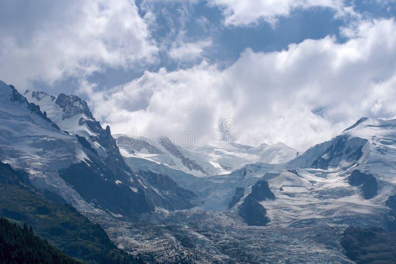 Bóveda y picos de montaña de Aiguille du Gouter con el glaciar en las montañas europeas, un paisaje nevoso de Bossons del verano imágenes de archivo libres de regalías