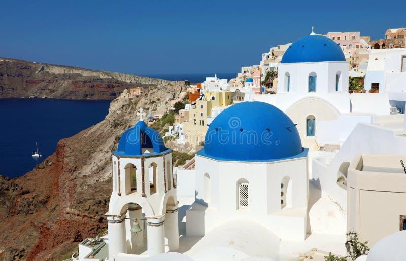 Bóvedas azules famosas de Santorini del pueblo blanco Oia con la caldera del volcán cubierta por el mar azul, mar Mediterráneo, G imagen de archivo libre de regalías
