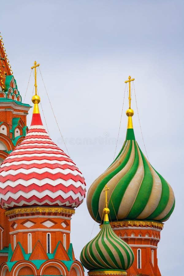 Bóvedas coloreadas multi de la catedral de Pokrovsky de la catedral del templo de la albahaca del santo en Plaza Roja en Moscú imagen de archivo libre de regalías
