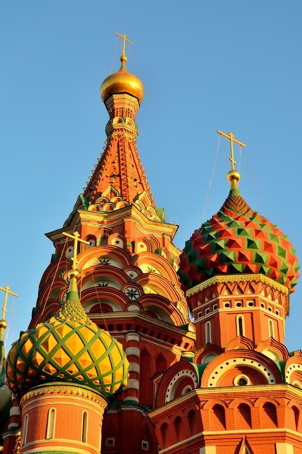 Bóvedas de la catedral de la albahaca del St en el cuadrado rojo, siglo XVI Moscú, Rusia imagenes de archivo