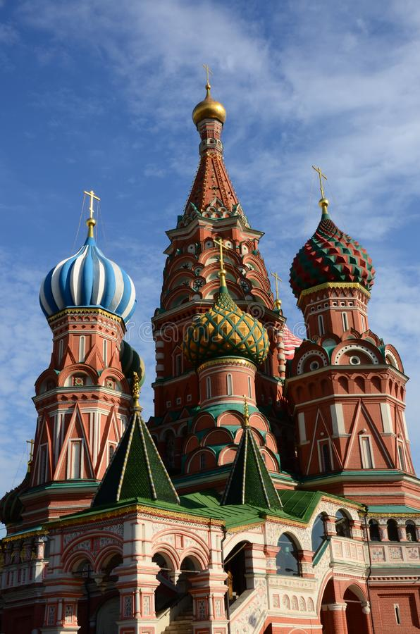 Bóvedas de la catedral del ` s de la albahaca del St - señales de Moscú de la Plaza Roja fotos de archivo