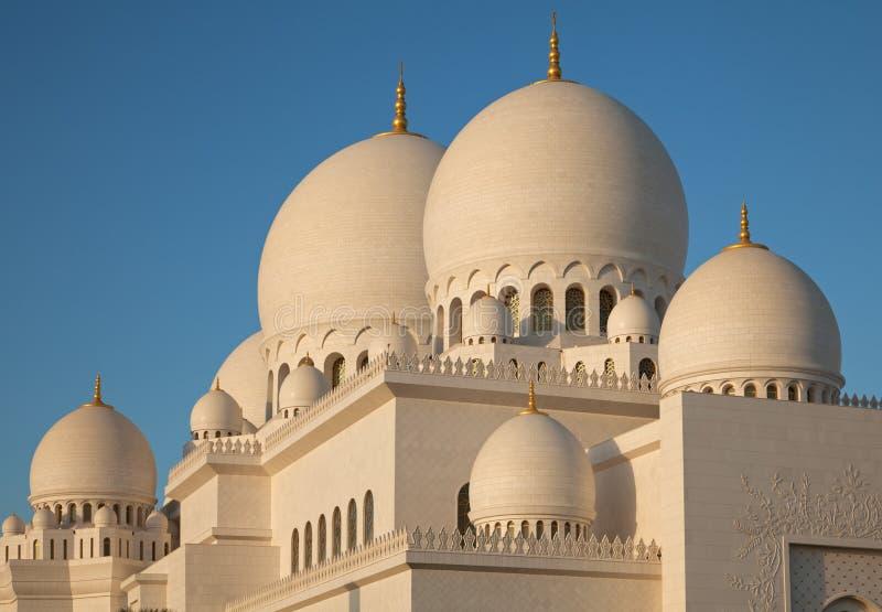 Bóvedas de mármol blancas de Abu Dhabi Sheikh Zayed Mosque fotografía de archivo libre de regalías