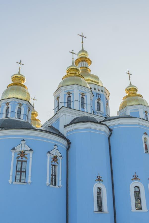 Bóvedas de oro de la catedral de San Miguel en Kiev, Ucrania El monasterio De oro-abovedado de San Miguel - complejo famoso de la fotos de archivo libres de regalías