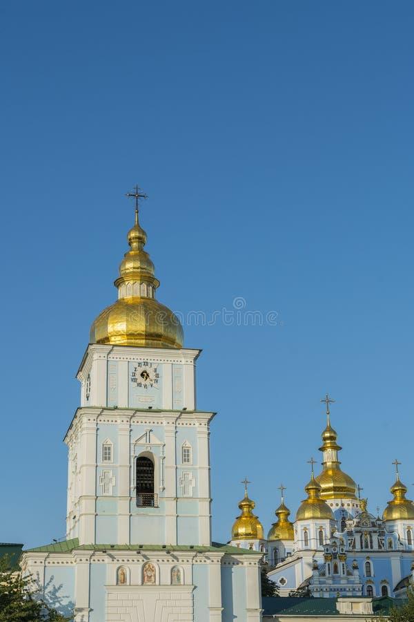 Bóvedas de oro de la catedral de San Miguel en Kiev, Ucrania El monasterio De oro-abovedado de San Miguel - complejo famoso de la imágenes de archivo libres de regalías