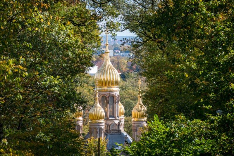 Bóvedas de oro de la iglesia ortodoxa rusa en Wiesbaden foto de archivo libre de regalías