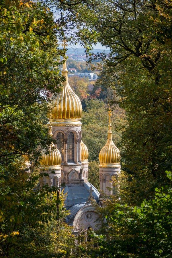 Bóvedas de oro de la iglesia ortodoxa rusa en Wiesbaden fotografía de archivo libre de regalías
