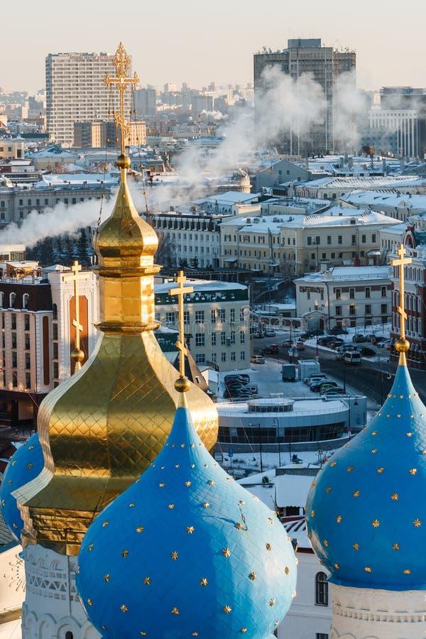 Bóvedas del azul y del oro de la catedral del anuncio en el Kazán el Kremlin en Rusia imagen de archivo