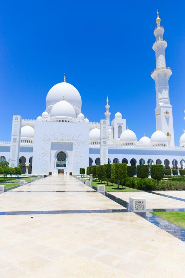 Bóvedas y alminar de Shaiekh Zayed Mosque - Abu Dhabi imagen de archivo libre de regalías