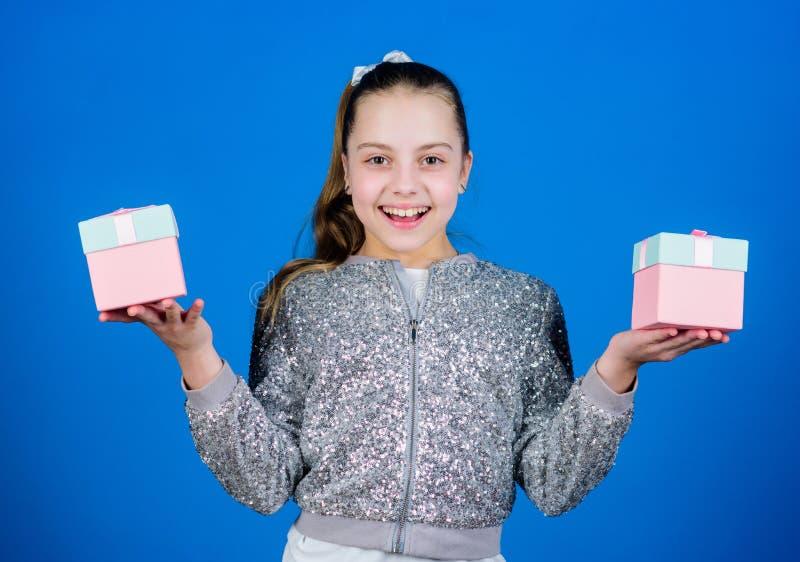 B?nus da picareta Especial acontece cada dia Menina com fundo azul das caixas de presente Enegre?a sexta-feira Dia da compra Cria fotografia de stock