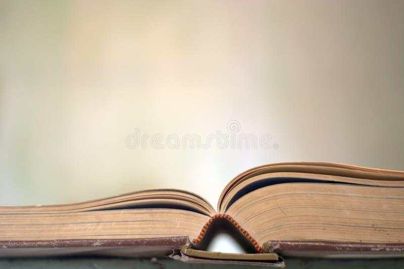 böcker öppnar royaltyfri foto