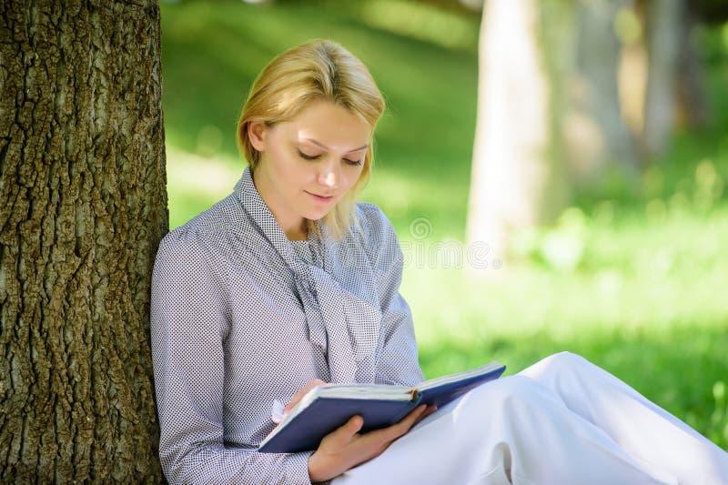 Böcker för bästsäljareöverkantlista som varje flicka bör läsa Koppla av fritid ett hobbybegrepp Bästa självhjälpböcker för kvinno arkivfoton