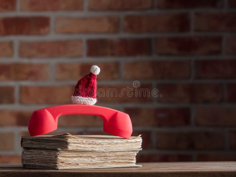 Böcker för nd för röd telefonlur gamla royaltyfria foton