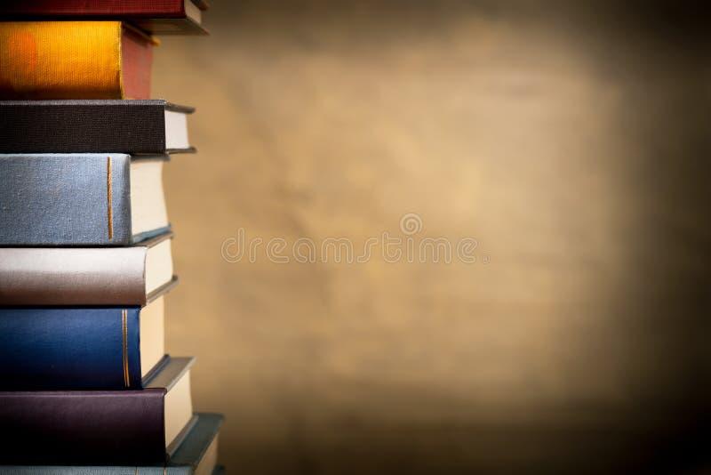 Böcker i bokhyllan arkivfoton