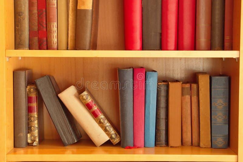Böcker i hyllor royaltyfria bilder