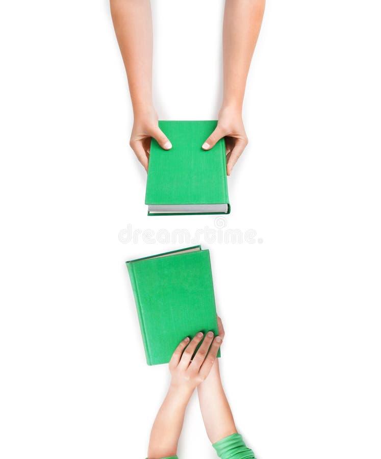 Böcker i woomanhänder fotografering för bildbyråer